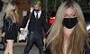 Avril Lavigne se balancea sobre botas de cuero tomada de la mano de Mod Sun