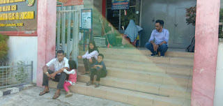 Fauzi Mustafa Beserta 3 orang anak, didampingi Pengacara Rizal Saputra, SH