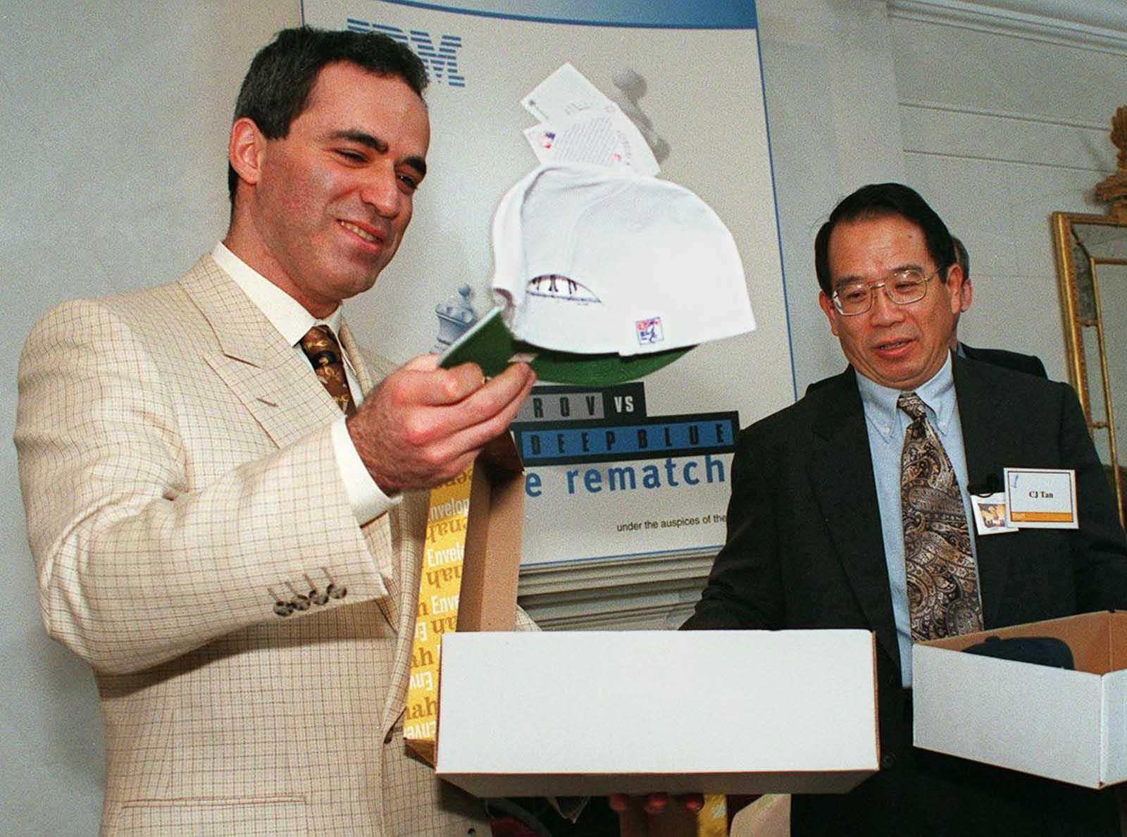 Kasparov levanta un sombrero blanco que significa que tendrá el primer movimiento en su revancha con Deep Blue.