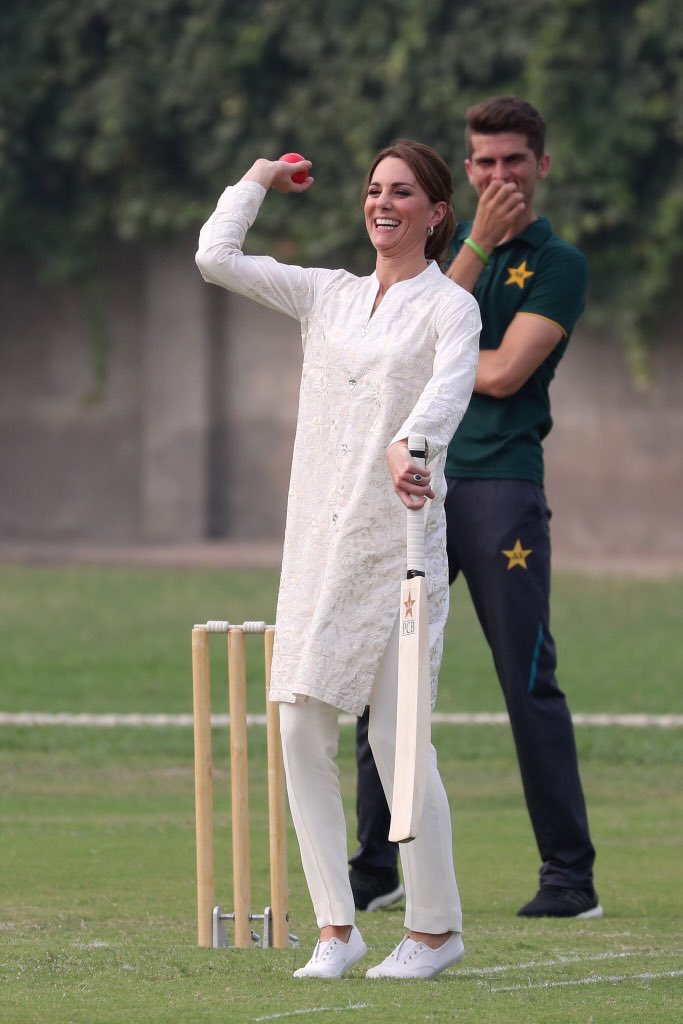 kate middleton Duchess of Cambridge playing cricket in Lahore