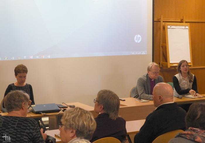 Kirjailija Sirpa Kähkönen, arkkipiispa Kari Mäkinen ja kansanedustaja Li Andersson Turun Kirjamessuilla 2016