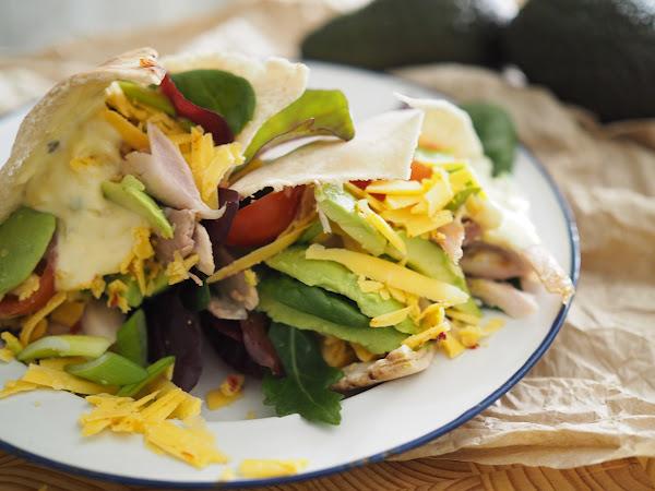 Broileri-avokadopita josta tulikin salaatti