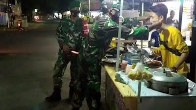 Siang Malam Anggota Koramil 0823/04 Mangaran Lakukan Woro-Woro Prokes Covid-19