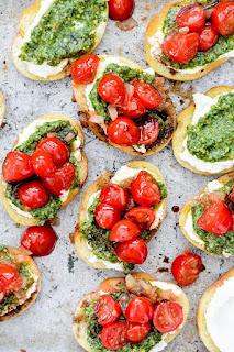 Bruschetta de pesto y tomates cereza