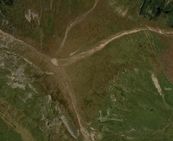 Спутниковый снимок от Яндекса. Видны крупные и мелкие тропы.
