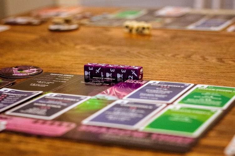 Τα 5 καλύτερα επιτραπέζια παιχνίδια για να παίξετε την παραμονή της Πρωτοχρονιάς