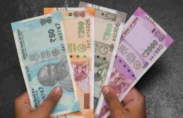 देहरादून में सड़क पर पड़े मिले 100 और 10 के नोट, पुलिस पहुंची मौके पर