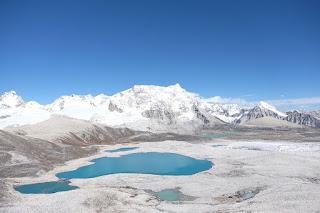 Cordillera Himalaya con la montaña Gangkhar Puensum
