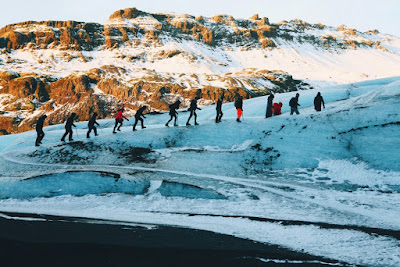 grupo de turistas haciendo senderismo glaciar en Islandia
