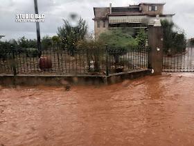 Πλημμύρες στην πόλη του Άργους από την υπερχείλιση του Ξεριά - Δεκάδες απεγκλωβισμοί από την πυροσβεστική