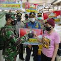 Sosialisasi PPKM, Babinsa Angke Serda Sarip.ST Bagikan Masker di Pasar Jembatan Dua