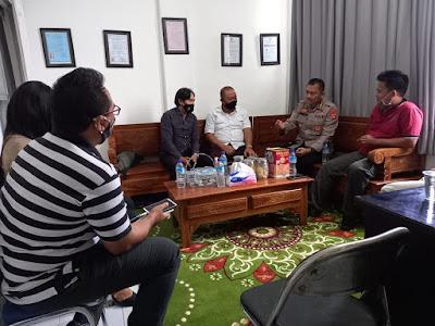 Kepala Bidang Hubungan Masyarakat Polda NTB, Kombes Pol Artanto bersama Kru Media Online Post Kota NTB