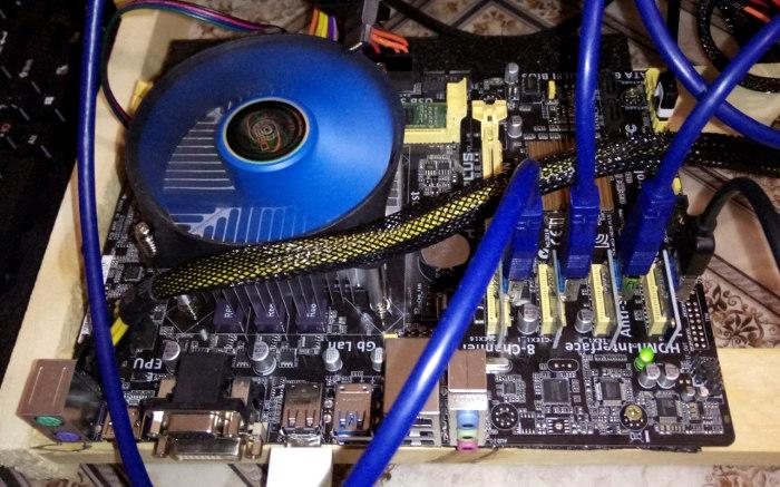 ASUS H81M-Plus с четырьмя видеокартами в майнинге