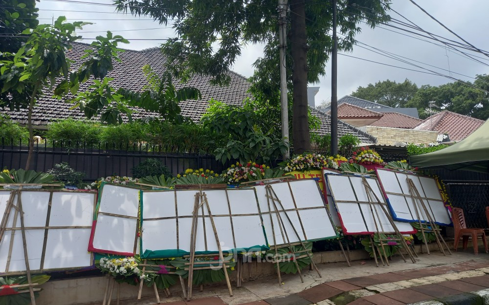 Aneh Banget! Banyak Karangan Bunga 'Terbalik' di Halaman Rumah Moeldoko