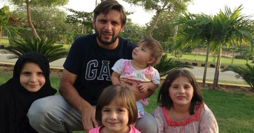 Fashion Mania : Shahid Afridi With Family