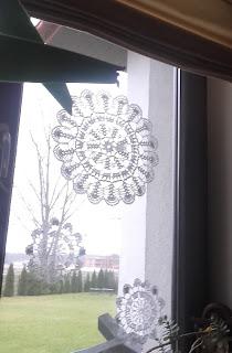 śnieżynki szydełkowe w okna na gwiazdkę