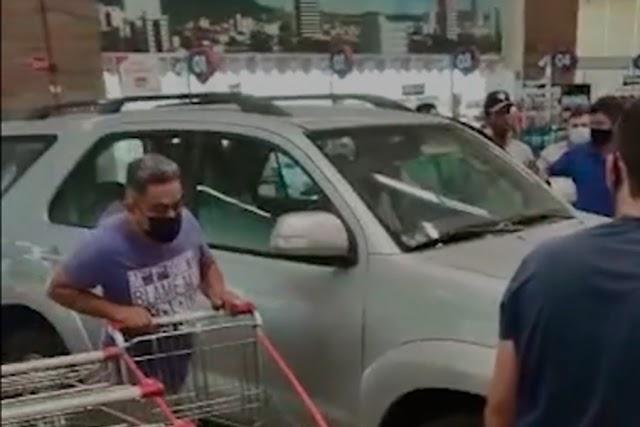 Condutor perde controle de veículo e invade supermercado em cidade da PB; vídeo