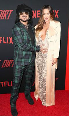 Nikki Sixx with his wife Courtney in an award show