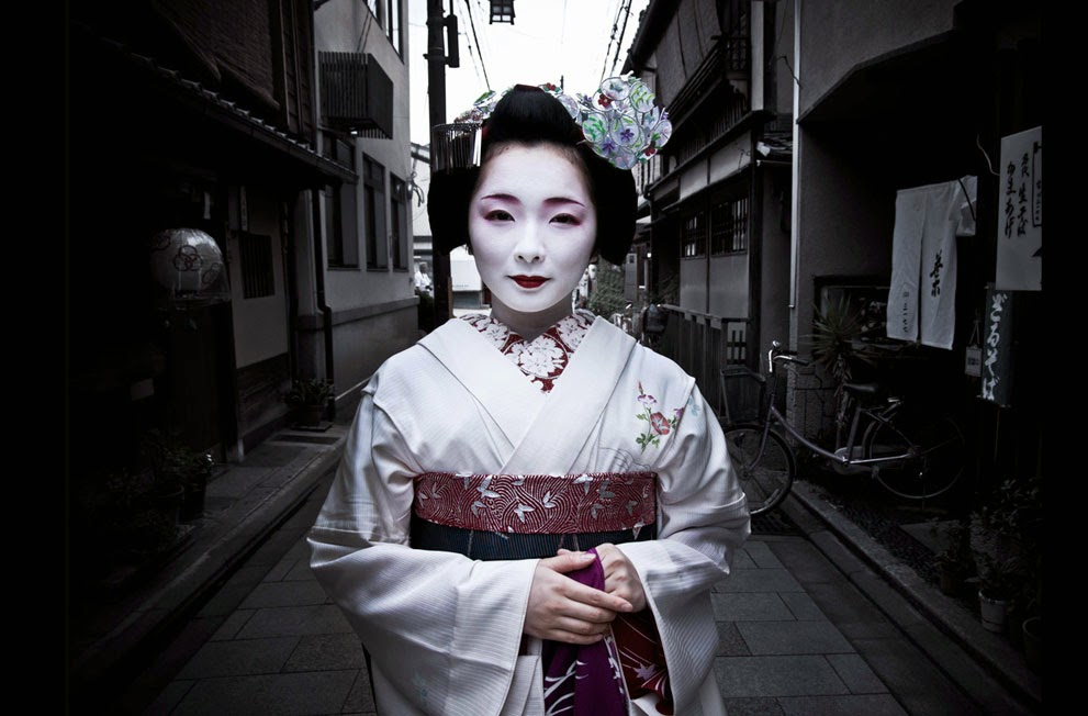 TOSHIMANA, AN APPRENTICE GEISHA IN KYOTO - 29 Breathtaking Photographs of The Human Race