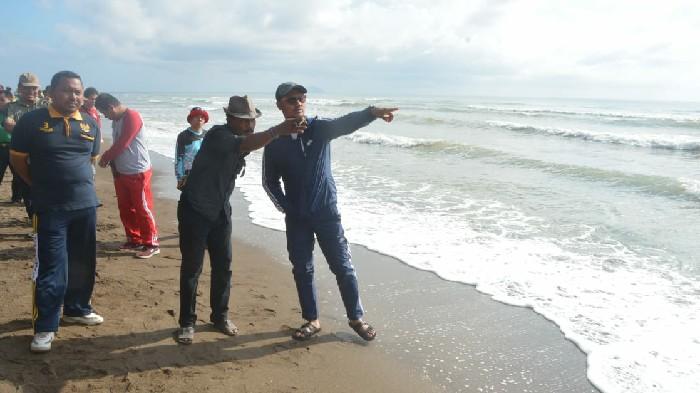 Bupati Sinjai Turun Langsung Pimpin Kerja Bakti di Obyek Wisata Pantai Karampuang