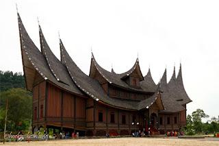Tampak samping Istana Pagaruyung, Padang, Sumatera Barat