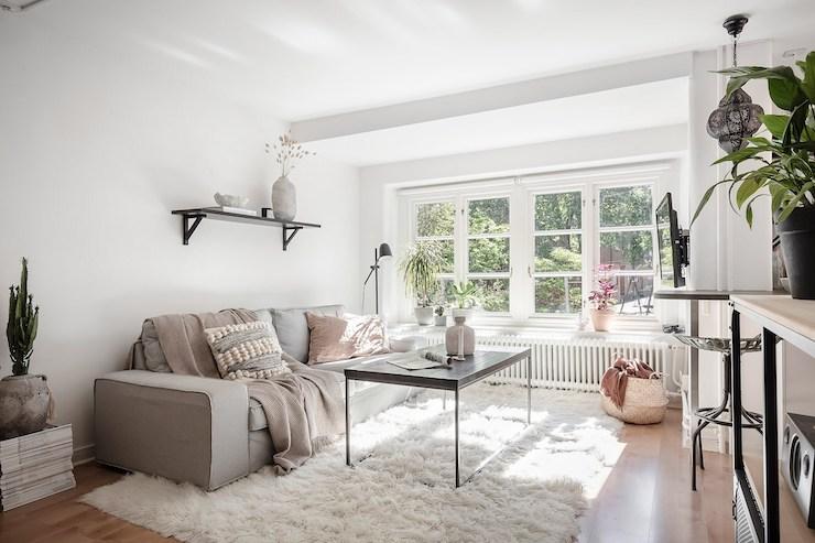 Salón decorado en blanco y negro con fibras naturales.