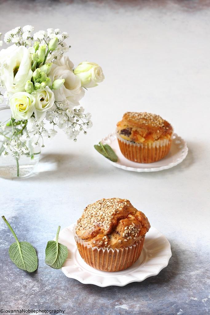 Muffin con formaggio Asiago, olive nere, mandorle e salvia