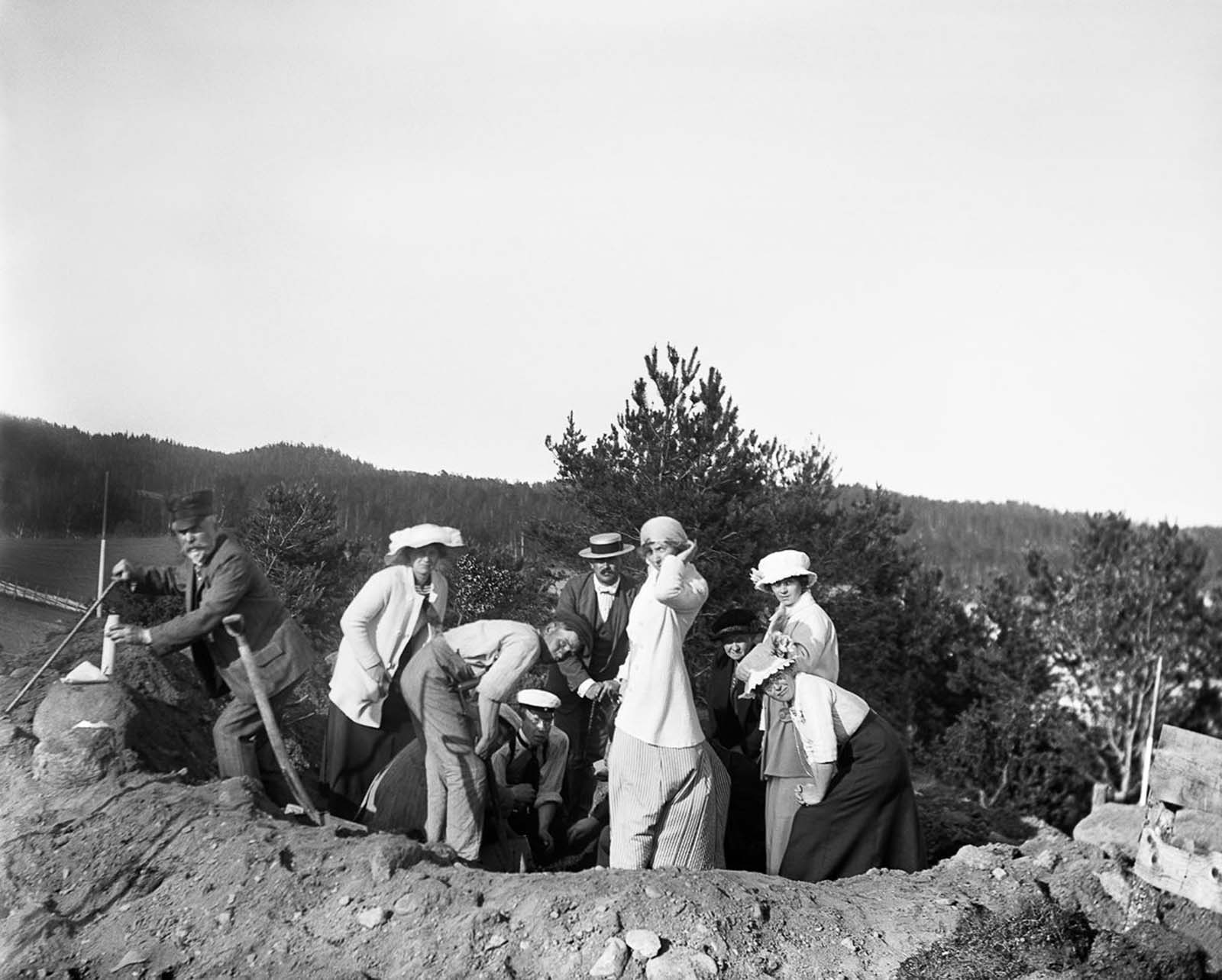 People visit an archaeological dig at an Iron Age grave field at Högabacken in Rimforsa. 1915.