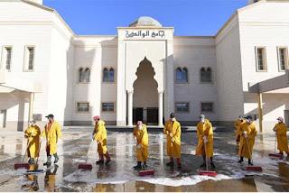 petugas penyemprotan masjid