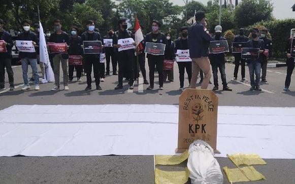 Teka-teki 5 Orang Berbaju Putih di Puncak Gedung KPK Saat Demo BEM SI, Siapa Mereka?!