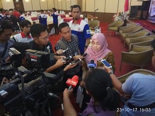 Presiden Aspek Indonesia Ibu Mirah Sumirat saat di wawancara tentang dampak transaksi non tunai