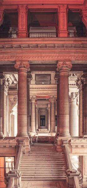 خلفية مبنى أثري بأعمدة بنية ضخمة