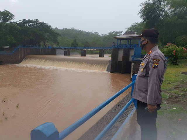Antisipasi Terjadinya Banjir, Kapolsek Batang Kota Cek Debit Air Bendungan Kedungdowo Kramat Batang