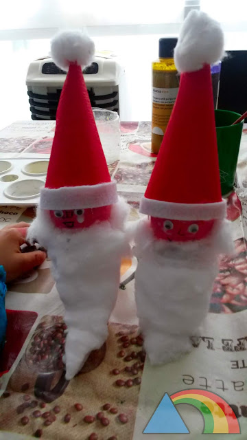 Elfos navideños hechos con cartón de papel higiénico y cartulina de colores