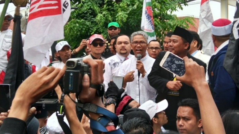 Buni Yani berorasi di depan PN Bandung