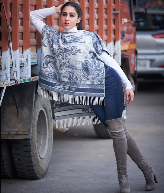 Sara Ali Khan posing in a truck and doing photoshoot, fans are praising her World Daily News24 - English