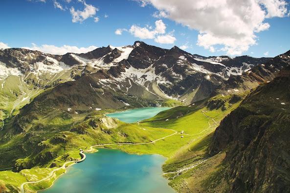 Download Beautiful HD wallpaper of mountains