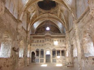 Εσωτερικό εγκαταλειμμένης εκκλησίας