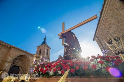 https://interbenavente.es/not/21157/la-dolorosa-y-jesus-nazareno-se-encuentran-en-la-plaza-mayor-de-benavente/