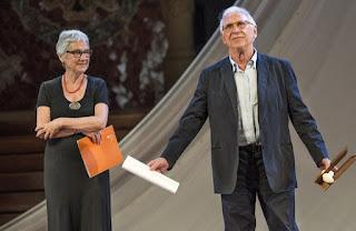 colaboracionista Raimon al recibir el Premi d´Honor de les Lletres Catalanes