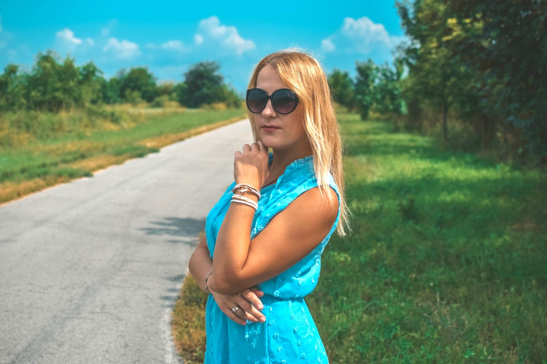 Błękitna, letnia sukienka Amazon