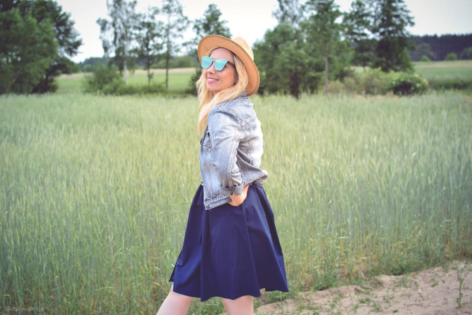 trendybutypl, sandały, granat, sukienka, Camaieu, lato, łąka, pole, moda, kapelusz, okulary, szaleo, kurtkajeansowa,