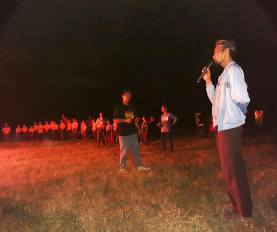 Bapak Dodon Mardidi Mpd membuka acara api unggun kemah MPLS di Rumah Pelangi Bekasi