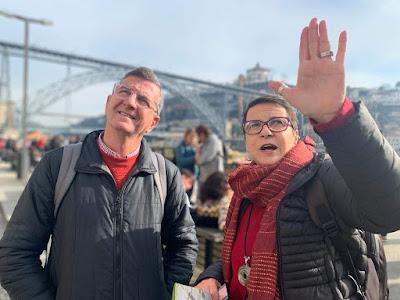 Guia brasileira Porto explicando para turista brasileiro