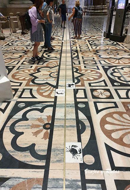 Suelo y reloj de la catedral de Milan