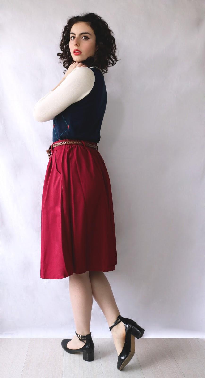 look femme, pull motifs, jupe rouge, ballerine noires à talon