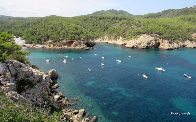 Puerto de Sant Miquel. Aguas turquesas en el puerto de San Miguel en Ibiza