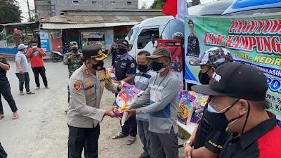 Peduli Masyarakat, Kapolres Kediri Bagikan Ratusan Paket Sembako
