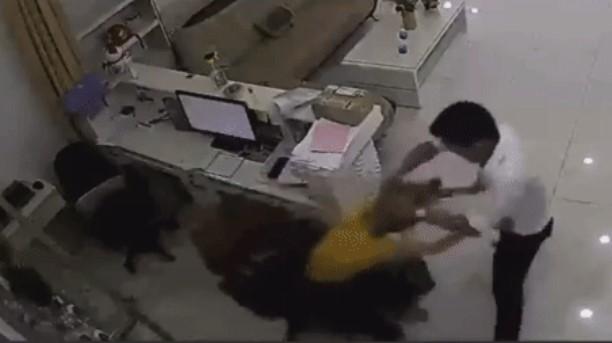 Clip: Nữ nhân viên văn phòng đột nhiên bị thanh niên lạ mặt lao tới tát lia lịa, xong rồi bỏ đi
