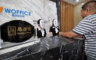 Zdjęcie w maskach w recepcji